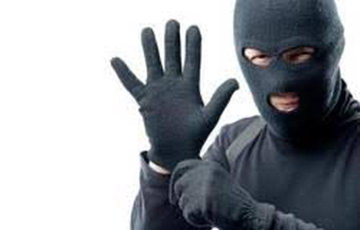 """لص يقدم على سرقة المال والأدوية باستخدام """"ورقة""""!"""