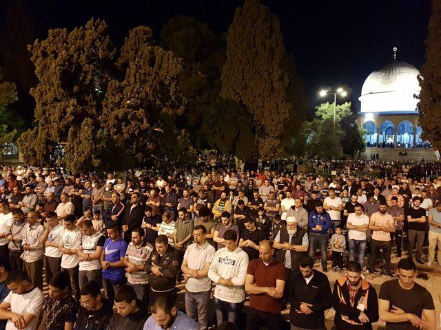 الآلاف يؤدون صلاة فجر الجمعة في الأقصى