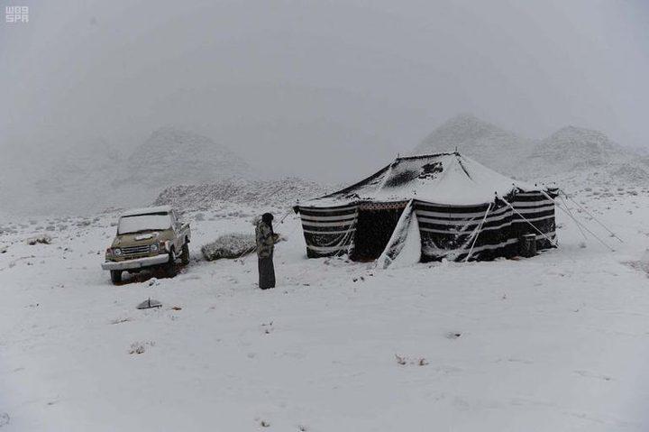 شاهد تساقط الثلوج على محافظة حقل السعودية