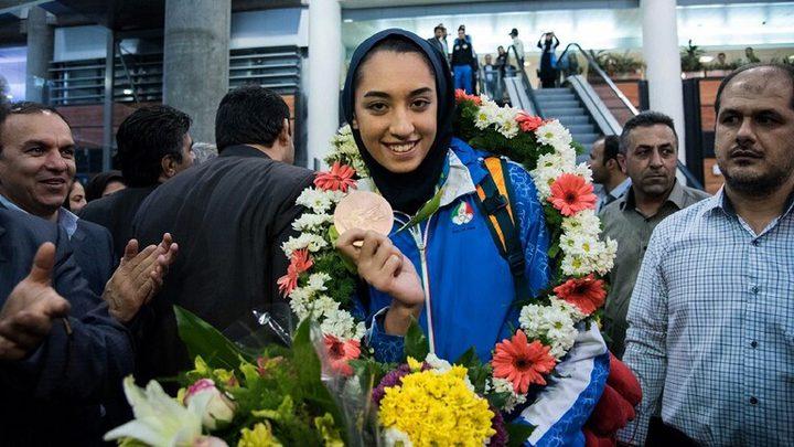 لاعبة إيرانية فائزة بميدالية أولمبية تعلن رحيلها عن بلدها