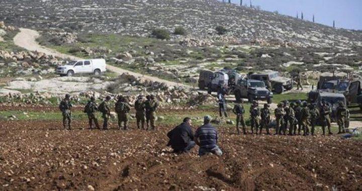 قوات الاحتلال توقف العمل بمشروع استصلاح اراض شرق رام الله