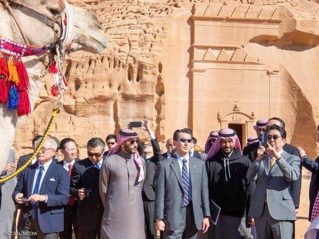 رئيس وزراء اليايان يزور مدينة العلا التاريخية بالسعودية