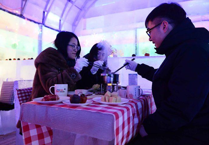 """الصين.. """"مطعم جليدي"""" يكتسب شعبيته بتقديم """"الطبق الساخن"""""""