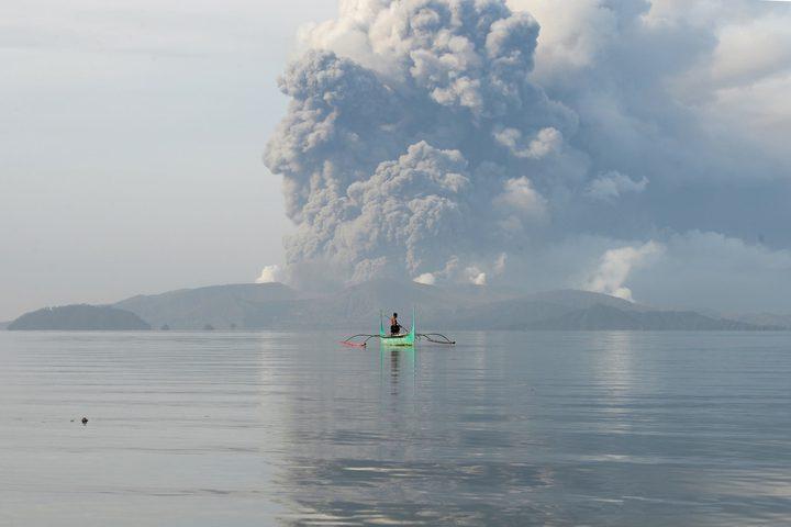 """بركان """"تال"""" ينفث الحمم وينشر حالة ذعر بين سكان اليابان"""