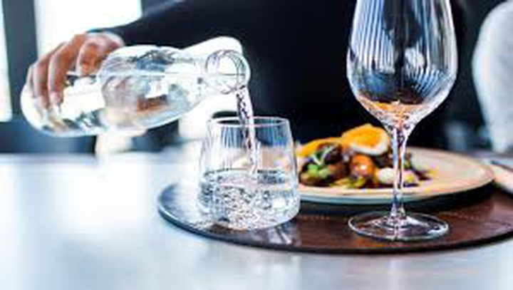 دراسة: شرب الماء أثناء تناول الطعام يساعد على الهضم