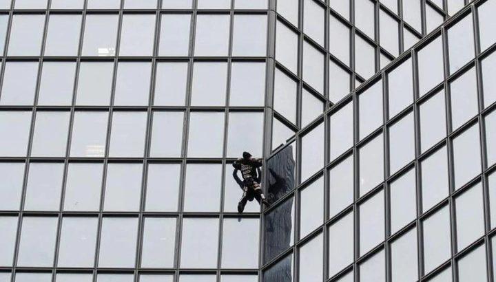 باريس.. شاهد سبايدر مان يتسلق برج ليتضامن مع قضية إنسانية