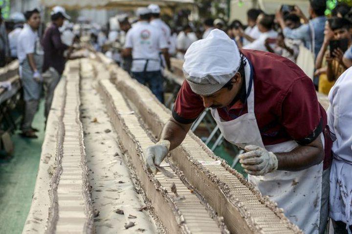 خبازون يصنعون أطول كعكة فانيلا في العالم لدخول موسوعة غينيس