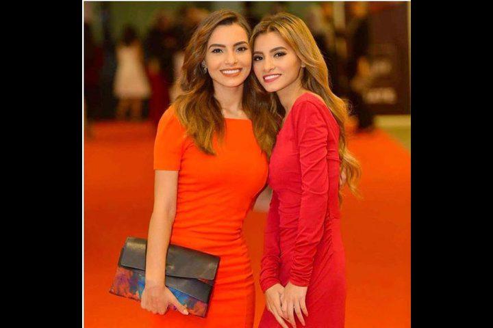 كارمن سليمان تحيّر الجميع بصورة مع شقيقتها