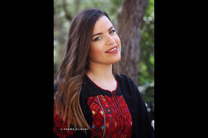 """مصممة أزياء تستوحي """"عصفور الشمس"""" الفلسطيني في تصاميمها"""