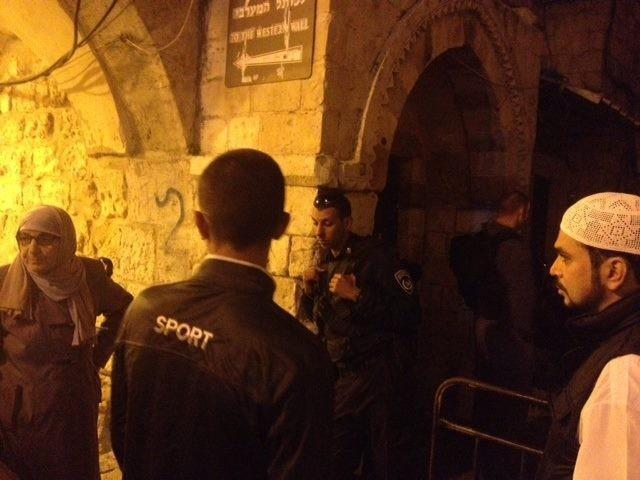 الاحتلال يعتدي على المصلين بالأقصى عقب اقتحام باحاته فجراً
