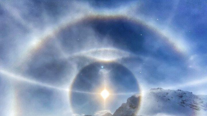 """هالة جليدية"""" تطوق الشمس فوق جبال الألب السويسرية"""