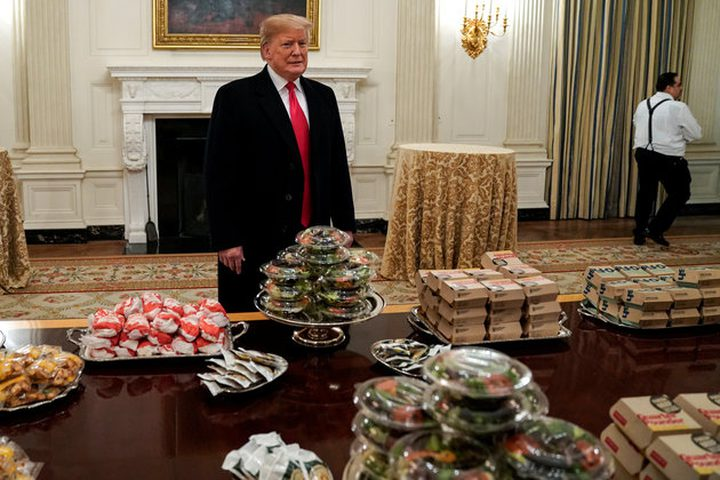 ترامب يستبدل طعام المدارس الصحي بالوجبات السريعة المفضلة لديه !