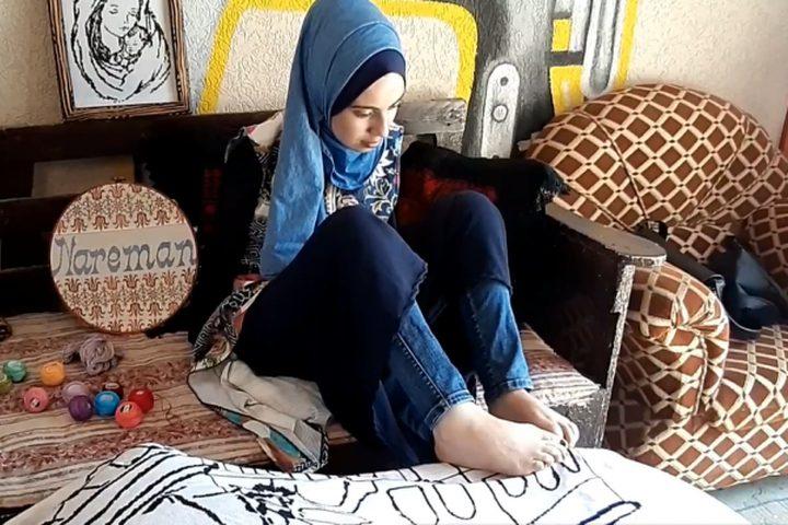 الفتاة اية مسعود من غزة ترسم وتطرز بقدميها رحلة تحدٍّ وإصرار خاضتها الفتاة آية مسعود من مدينة غزة والتي ولدت بذراعين مبتورتين، استطاعت أن تدرس وتتفوق وتنهي المرحلة الجامعية بتخصص الوسائط المتعددة بامتياز كما أنها ترسم وتطرز بقدميها