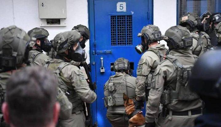 """نادي الأسير: قوات القمع تقتحم قسمي (10) و(11) في سجن """"عوفر"""""""