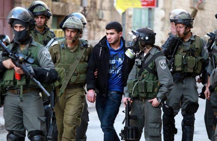 الخليل: الاحتلال يعتقل شابين وفتى من بيت أمر