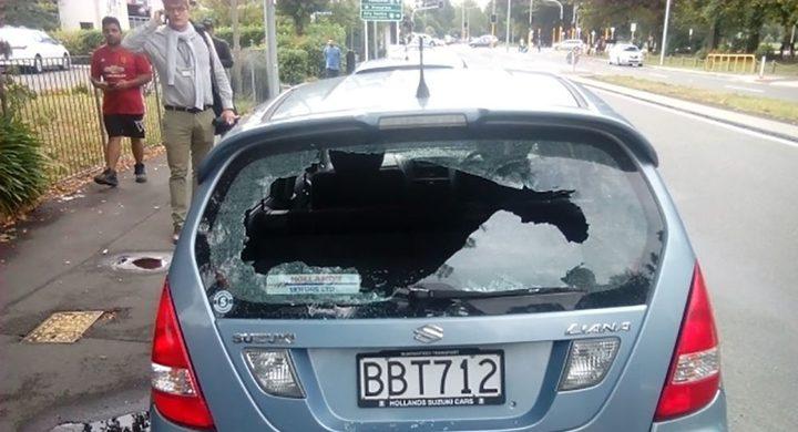 شرطي يخلع نافذة سيارة ويضرب سائقها