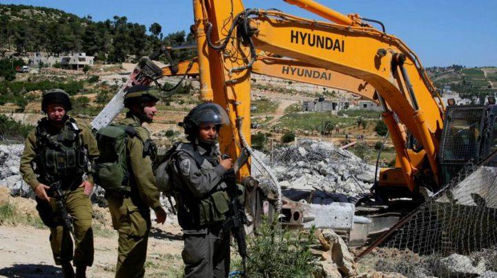 الاحتلال يخطر بوقف البناء في سبعة منازل جنوب الخليل