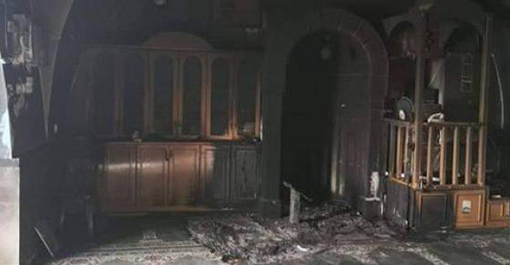 مستوطنون يحرقون مسجدا جنوب القدس ويخطون شعارات عنصرية