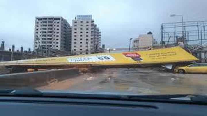 بسبب سقوط لوحة إعلانات..إغلاق طريق قلنديا القدس إغلاق طريق قلنديا