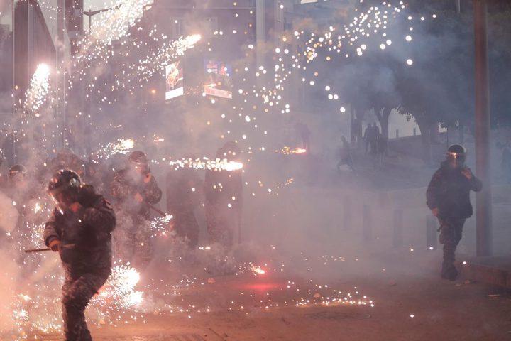 متظاهرون لبنانيون يقتحمون بوابة مؤدية إلى مقر الحكومة