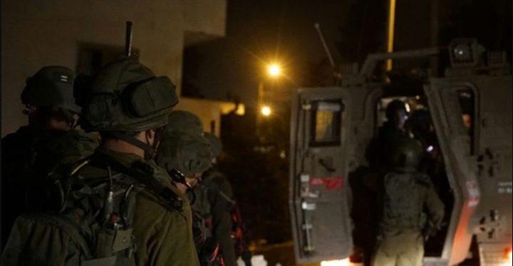 الاحتلال يعتقل شابا ويصادر أموالاً في نابلس