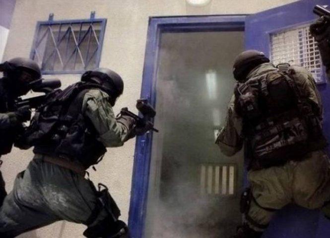 الاحتلال يقتحم سجن ريمون ويستهدف ثلاثة أسرى