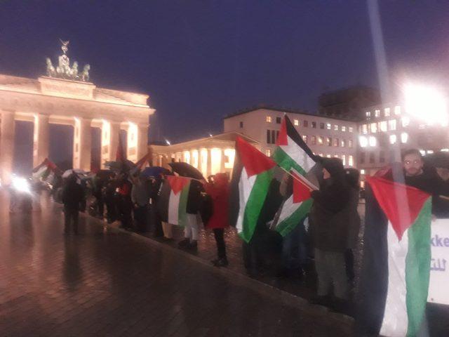 """وقفة احتجاجية أمام مقر السفارة الأمريكية في برلين ضد """"صفقة القرن"""""""
