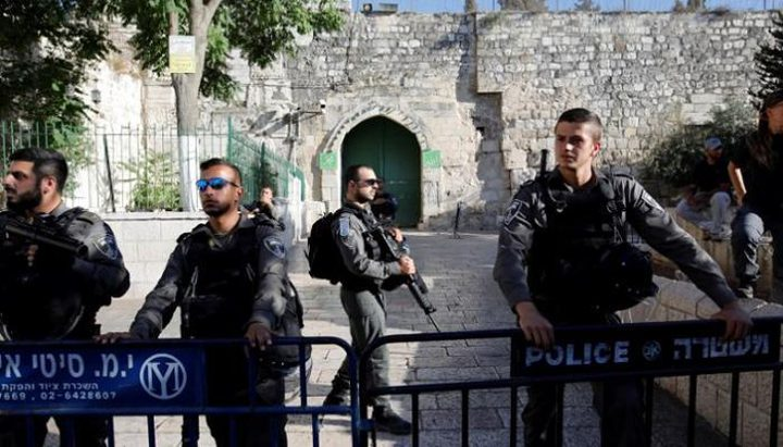 قوات الاحتلال تغلق جميع أبواب الأقصى وتعتقل شابين من داخله