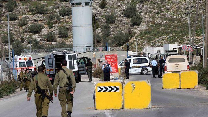 نابلس: الاحتلال يضع مكعبات اسمنتية على حاجز عسكري
