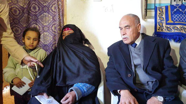 أبو سمهدانة يسلم مكرمة الرئيس لعائلة السواركة