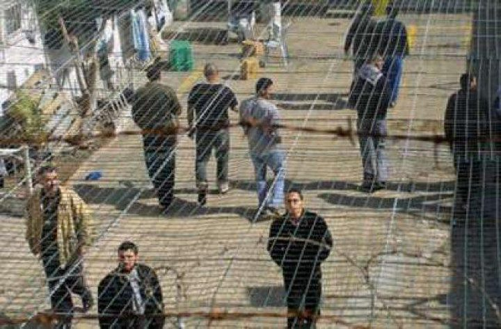 """إدارة سجن """"عوفر"""" تلغي زيارة أهالي الأسرى"""