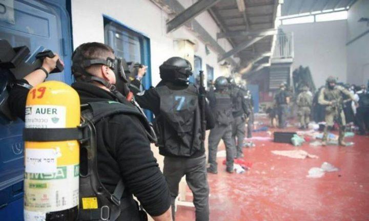 """إصابات بين الأسرى في """"عوفر"""" ونقل 38 أسيرا إلى سجون عدة"""