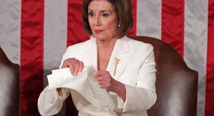 """""""نانسي بيلوسي"""" تمزق خطاب """"ترامب"""" بعد أن رفض مصافحتها"""