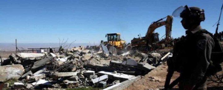 الاحتلال يهدم بركسا ويستولي على آخر غرب رام الله