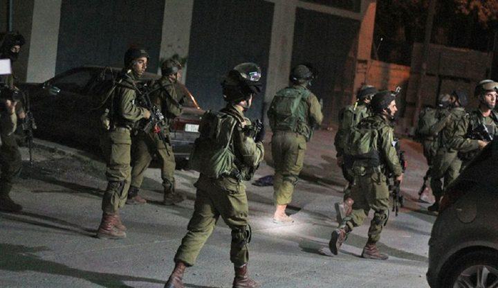 الاحتلال يعتقل مواطنا من بيت أمر بعد استدعائه للتحقيق