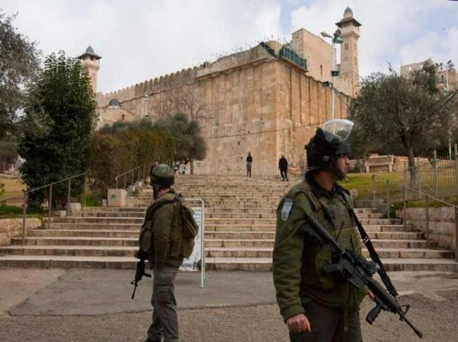 الاحتلال يعتقل شابا قرب الحرم الابراهيمي