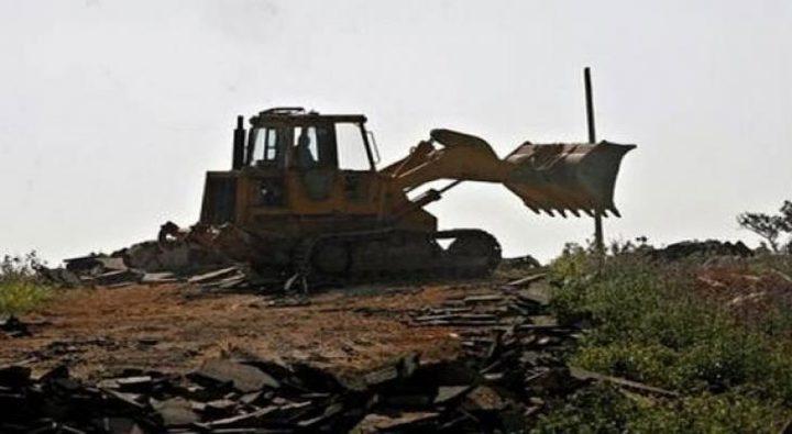 الاحتلال يهدم غرفة زراعية ويجرف أرض ببلدة ترقوميا