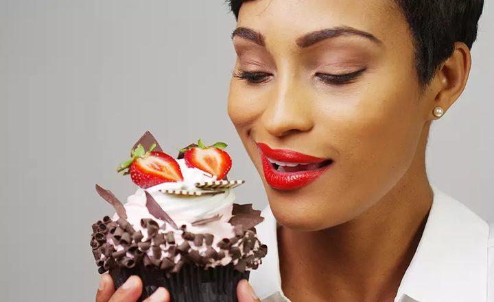 دراسة تحذر: قلة النوم تدفع المرأة إلى تناول المزيد من السكريات
