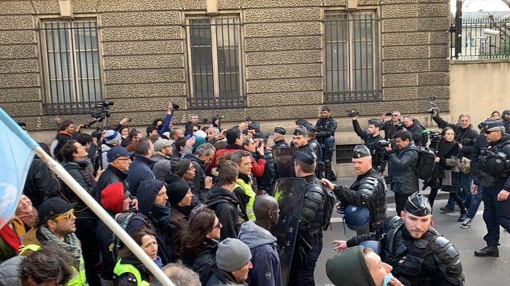 احتجاجات خارج البرلمان ضد نظام التقاعد بفرنسا