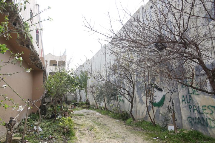 المستوطنات والجدار المحيط بمدينة طولكرم