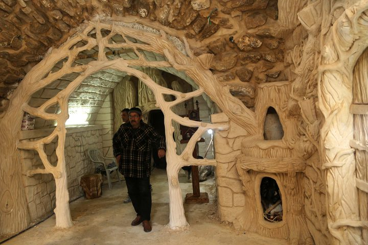شاب من نابلس يبدع في صناعة المجسمات فنية