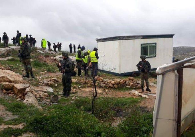 """الاحتلال يستولي على كرفان صفي في مدرسة """"الصمود والتحدي"""""""