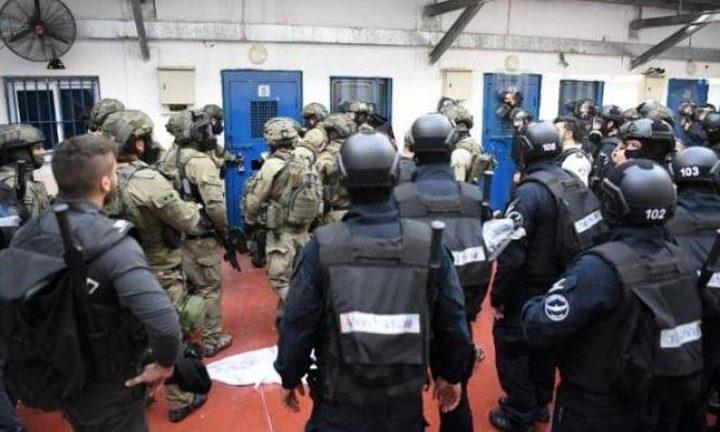 """قوات القمع تقتحم قسم (4) في سجن """"ريمون"""""""