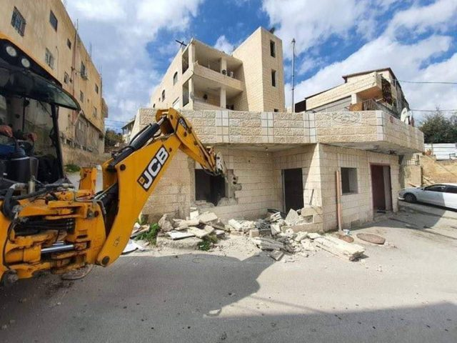 القدس: سلطات الاحتلال تجبر مواطناً على هدم منزله في العيسوية