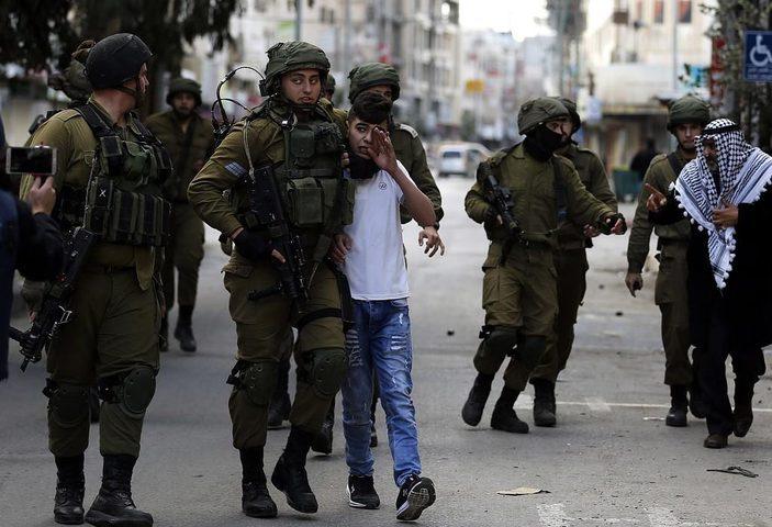 الاحتلال يعتقل فتيين من قلقيلية