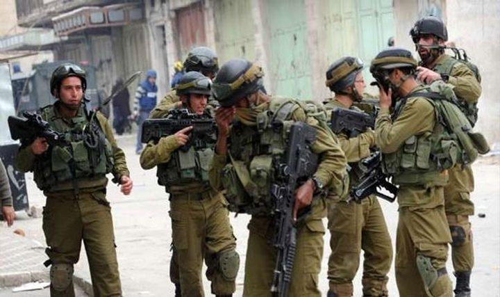 قوات الاحتلال تداهم عدة منازل جنوب الخليل