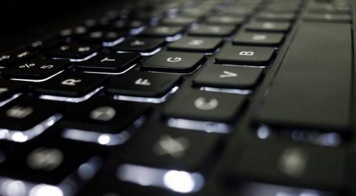 أبسط طريقة لتنظيف لوحة مفاتيح الحواسيب