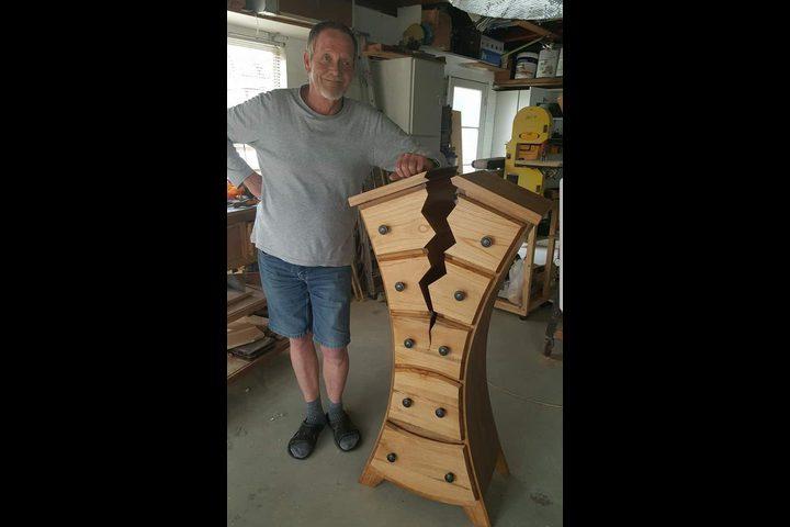 شاهد نجار متقاعد يبتكر أسلوب فريد في صناعة أعمال خشبية مشوهه