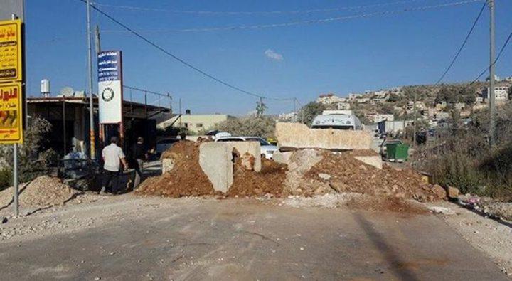 الاحتلال يغلق طريقاً جنوب الخليل بسواتر ترابية