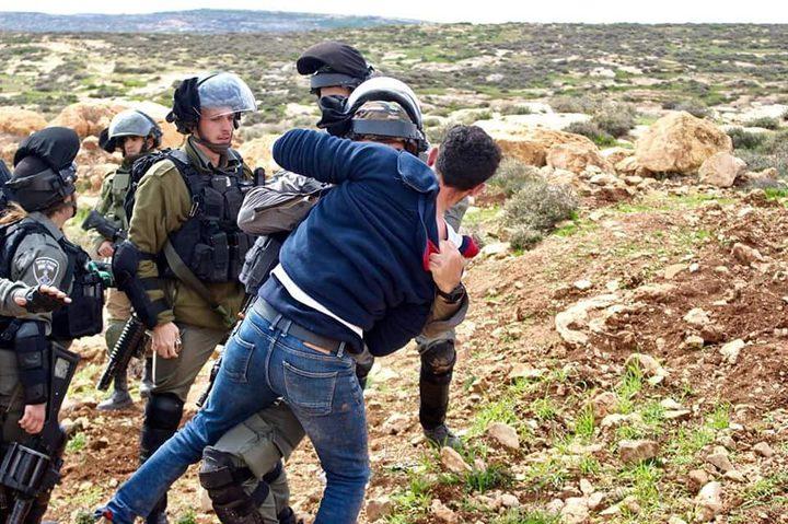 قوات الاحتلال تعتدي على مواطنين وتعتقل آخر جنوب نابلس